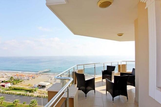 Просторная меблированная квартира на лазурном берегу моря