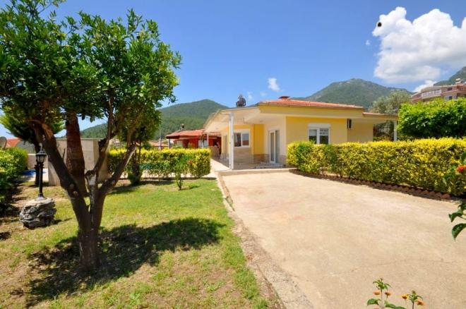 Detached villa with stunning sea views and garden